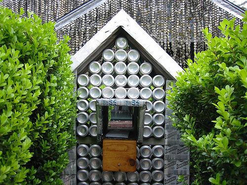 Обратите внимание из чего сделан этот домик!  (13 фото) .