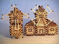 Я в детстве очень часто делал из спичек колодец.  Ничего особенного, вот примерно такой же как на картинке.