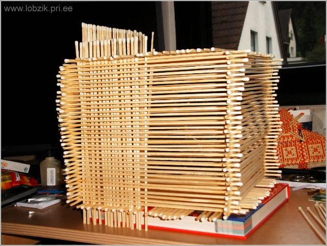 10. Сделайте из спичек 4 купола на башенки.  Придайте брускам капсуловидную форму, тщательно отшлифуйте и отметьте...